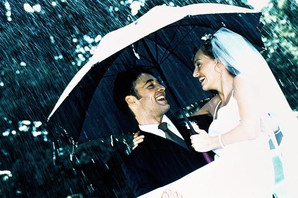 Фотосессия на улице с зонтами