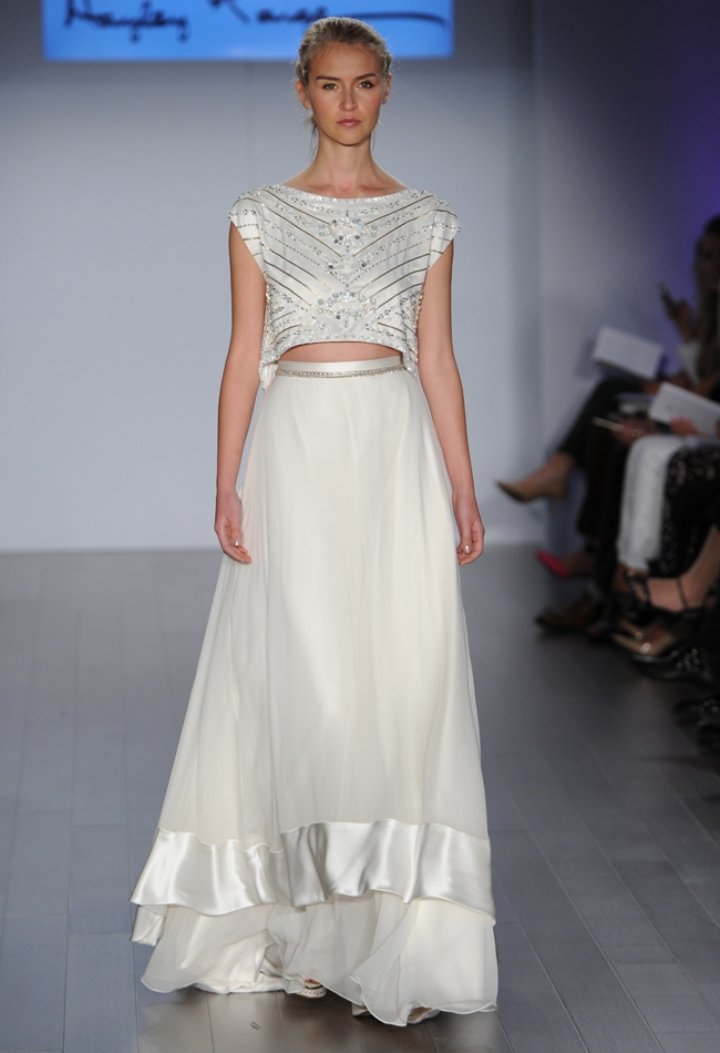 Бежевое платье на свадьбу со шлейфом