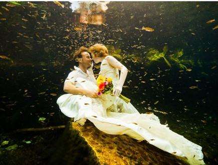 Пятна от цветов на свадебном платье