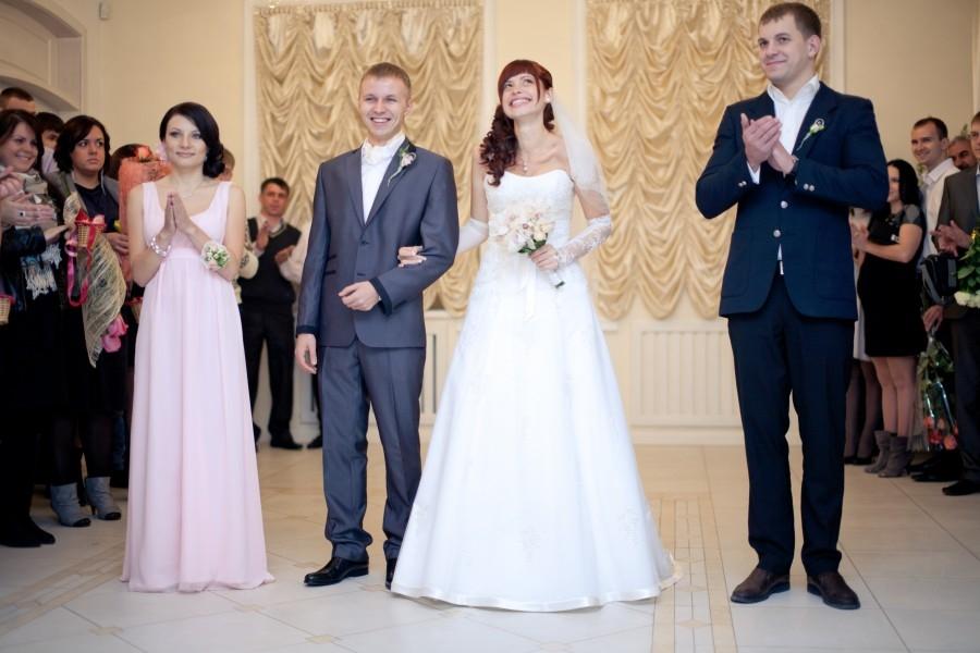 Как на свадьбе сидят свидетели