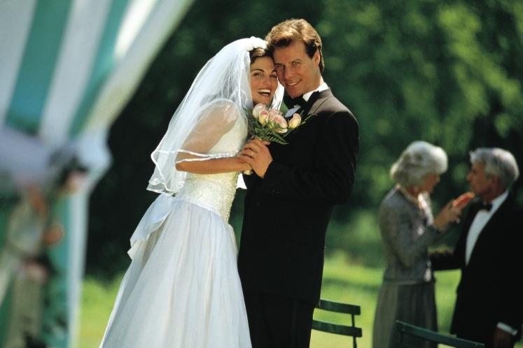 37d4bc33e1587e3 «Чем-то из прошлого» невеста символично укрепляет связь со своей семьей и  матерью. Чаще всего этим старым аксессуаром выступает что-то из семейных ...