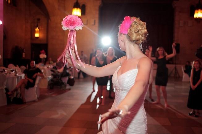 Как оригинально кинуть букет невесты?