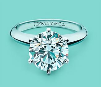 Обручальное кольцо с бриллиантом в коробочке