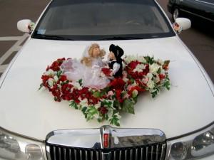 Кукла на свадебной машине
