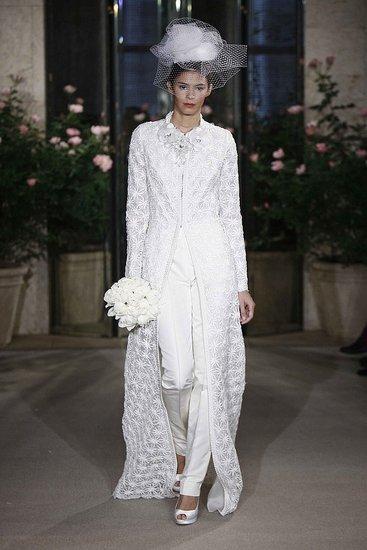 Итак, брючный костюм. Такой вид свадебного туалета можно пошить как из белой ткани, так и из ткани любого другого цвета, к примеру, розоватой или