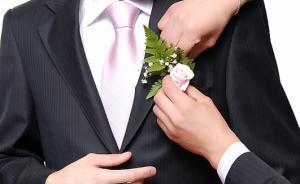 Трудно садиться в костюме жениха
