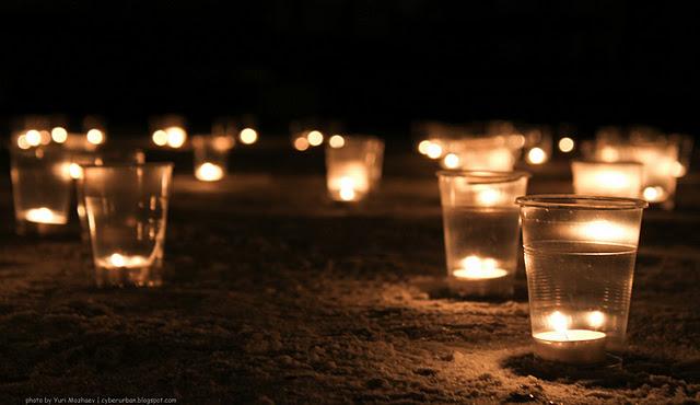 Романтик свечами на снегу
