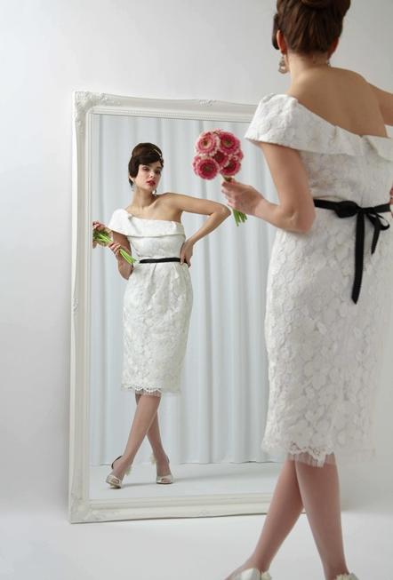 Картина сделанная из свадебного платья