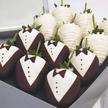 Торт свадебный шоколадный ягодный